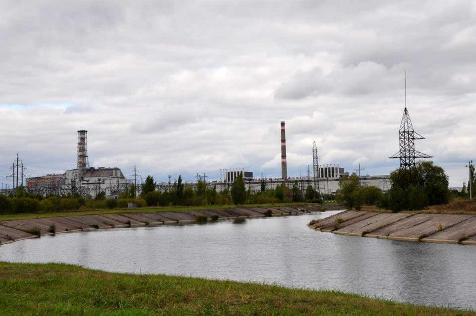 Chernobyl - vasemmalla surullisen kuuluisa reaktori 4