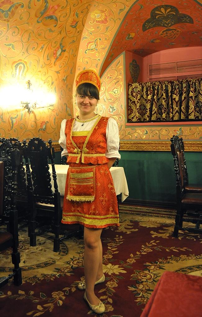 Paikallisen kansanperinteen mukaisesti pukeutunut tarjoilija