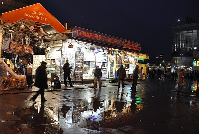 Kauppoja ja kioskeja Komsomolskajan metroaseman läheisyydessä