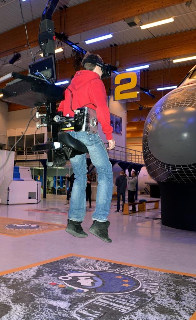 Laitteella aikaan saatiin sama gravitaatiovoima, mikä Neil Armstrongilla oli kuussa. Oli vaikea pomppia eteenpäin lasien heijastaessa näkymää kuun pinnalta. Todella hieno kokemus!