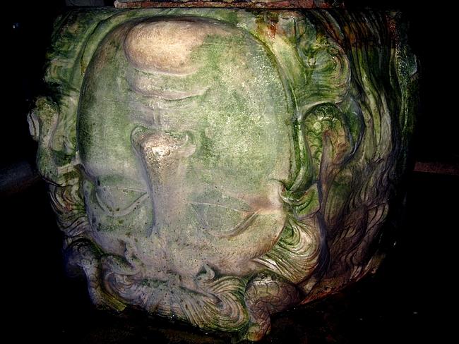 Meduusan pää pylvään kannattimena, Yerebatan Sarnici | Basilica Cistern