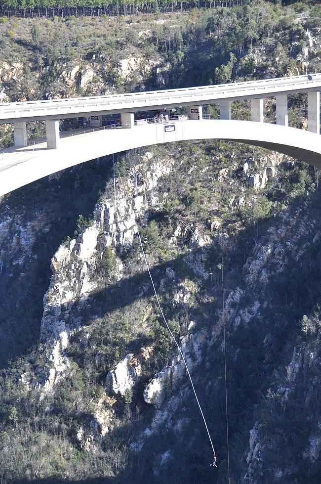 Sillan korkeus on 216 metriä, hypyt painosta ja köysistä riippuen 160-180 metriä.