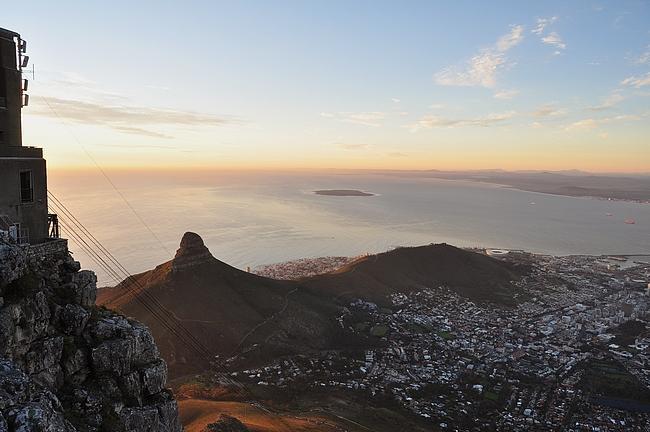 Itse Kapkaupungin lisäksi näkyy Lion's Head ja Robben Island