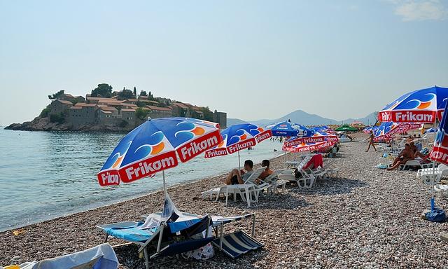 Hotellisaari Sveti Stefan ja sen vastarannalla oleva uimaranta