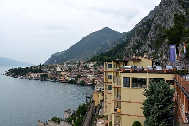 Limone sul Garda länsirannikolla vuoren rinteen juurella. Autotie menee tunnelissa kaupungin vierestä.