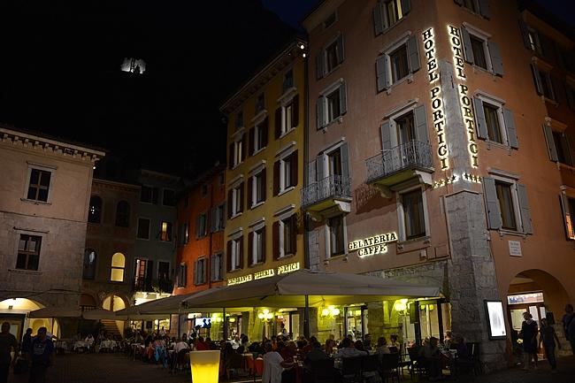 Riva del Gardan keskusaukio sataman vieressä on parhaimmillaan illasta