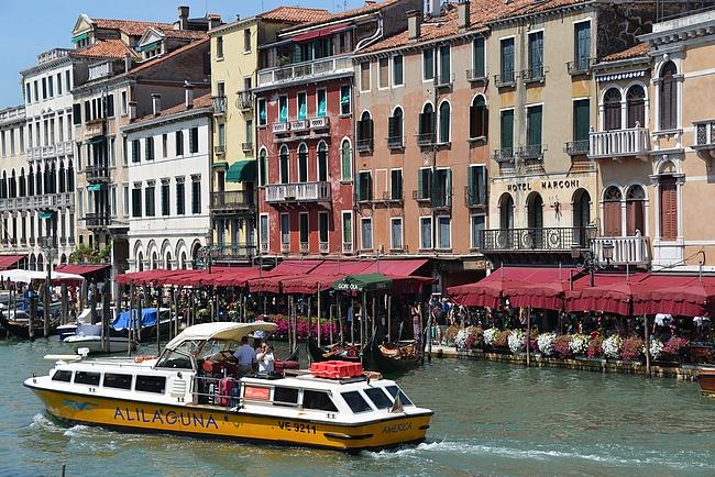 Venetsian lentokentältä pääsee suoraan Alilagunan vesibussilla Venetsian keskustaan
