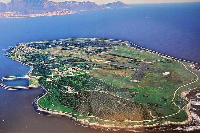 Robben Island Kapkaupungin edustalla - vasemmalla laivalaituri, ja sen oikealla puolella itse vankila.