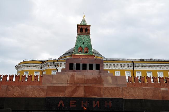 Leninin mausoleumi Punaisella torilla- taustalla Kremlin muuri