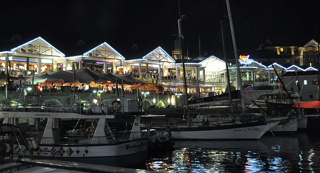 Victoria Wharf ostoskeskus on aivan meren rannassa