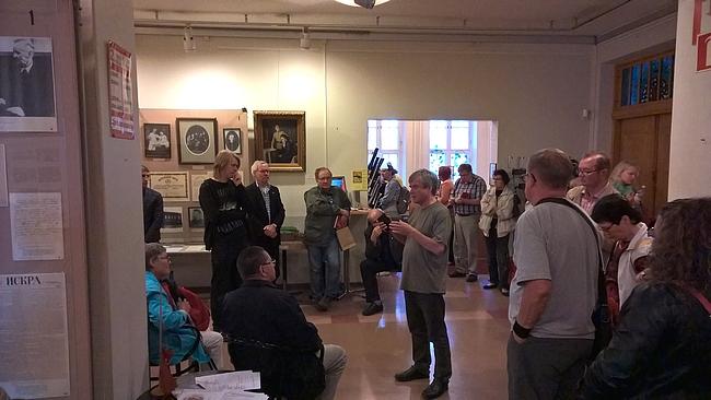 Lenin-museon entinen johtaja Aimo Minkkinen piti puheen monipäiselle kuulijajoukolle