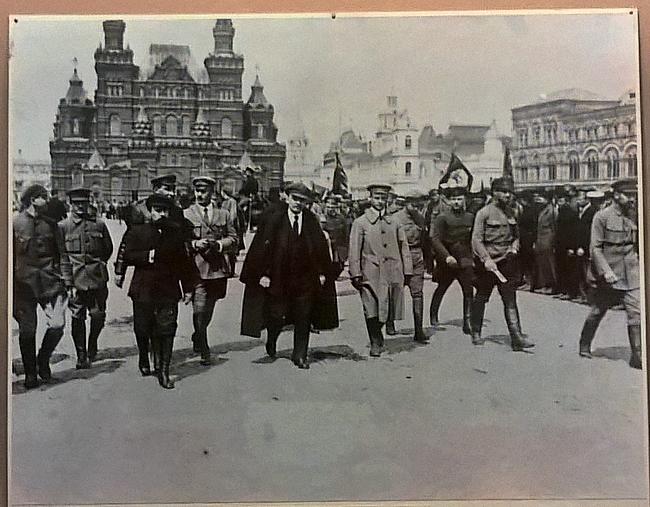 Lenin suorittamassa joukkojen tarkistusta Punaisella torilla 25.3.1919