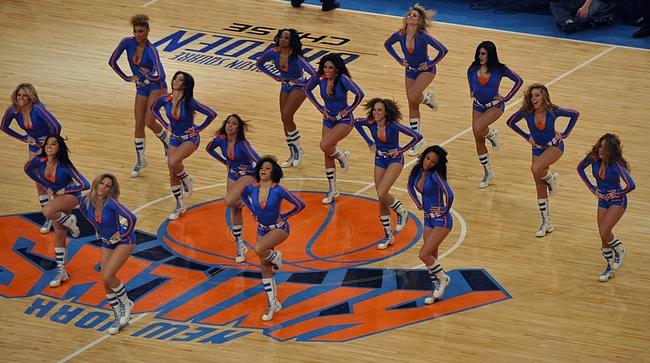 Korispeleihin kuuluu cheerleaderien esitykset.