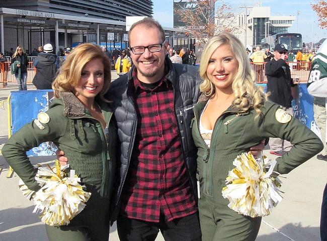 Cheerleaderit nostavat miesväen tunnelman kattoon - yllättävää kyllä.