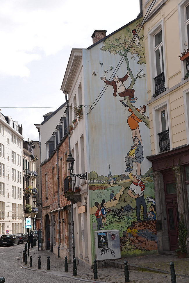 Nero - monet sarjakuvat oli maalattu rakennusten sivuihin, jotka olivat hieman naapurirakennuksia ulompana