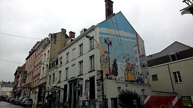 Monsieur Jean - sateisella ilmalla värikkäät seinämaalaukset piristävät tunnelmaa