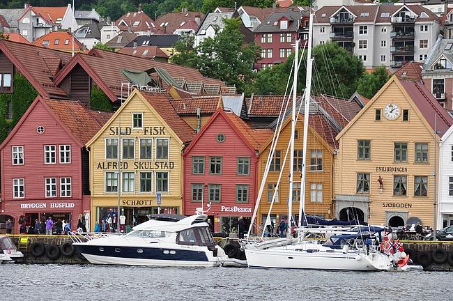 Meri ja perinteiset puutalot tarjoavat Bergenissä oivan näyttämön kirjojen tapahtumille.