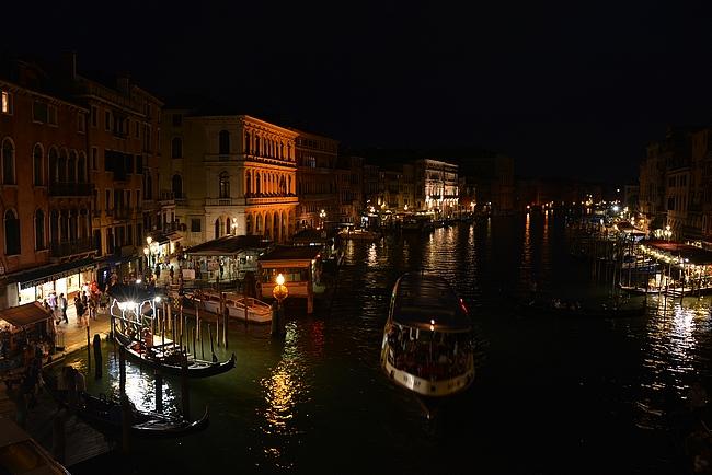 Venetsian kanaalit tarjoaa yöaikaan oman jännityksensä Guido Brunetin kaupunkiin.