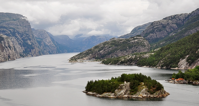 Preikestolen sijaitsee jossakin tuolla vasemmassa reunassa Lysefjordia.
