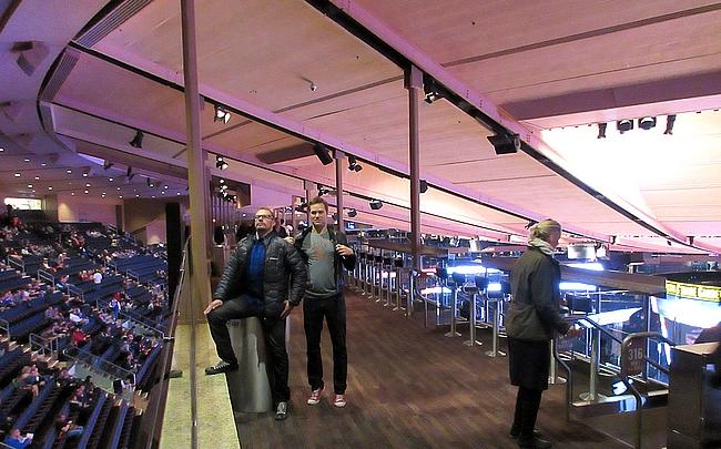 Madison Square Gardenin siltakatsomo baarijakkaroineen on ainutlaatuinen maailmassa.