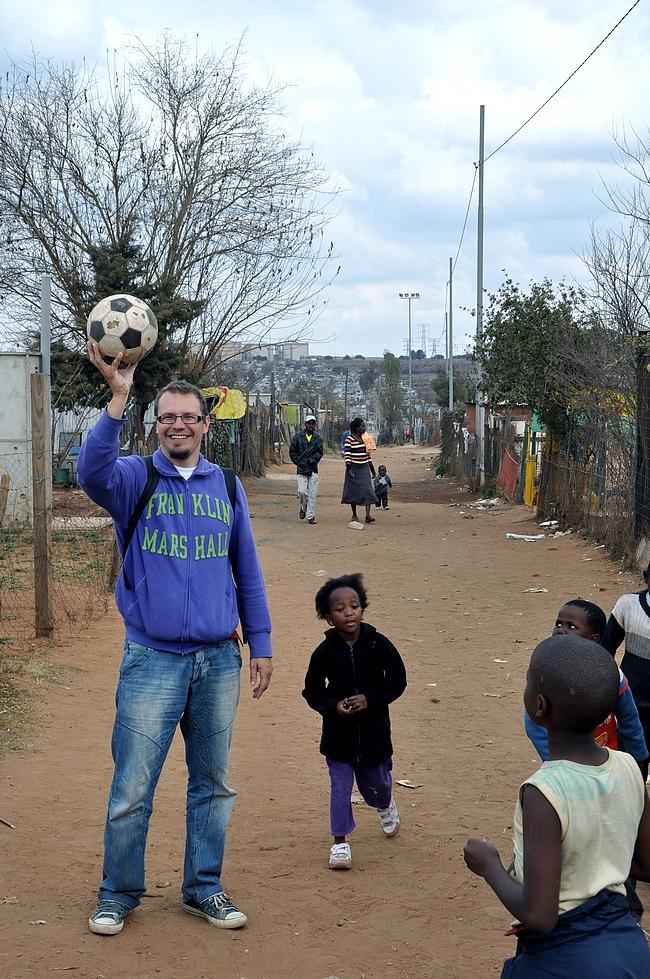 Jalkapallo yhdistää maailmalla.
