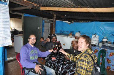 Tämäkin kuva on otettu matkassa olleella järjestelmäkameralla, kun SoWeTo:n townshipin laittomassa baarissa paikallinen asiakas halusi kokeilla kameraani.