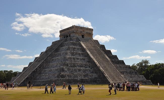 El Castillo eli Kukulcánin pyramidi. Vasemman puoleisiin rappusiin muodostuu kaksi kertaa vuodessa Kukulcánin käärmeen varjo.