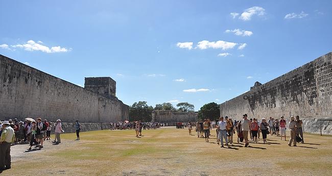 Grand Juego de Pelota eli pääpallokenttä. Jokaisesta maya-kaupungista löytyy pelikenttä, mutta tämä on kaikista suurin.