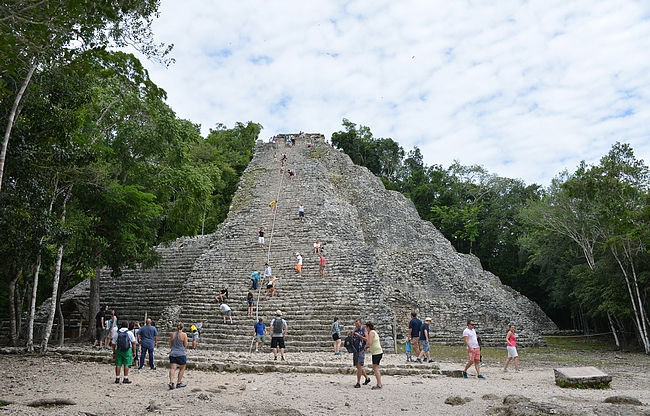 Alueen läntisestä nurkkauksesta löytyy päänähtävyys eli Nohoch Mul-pyramidi.