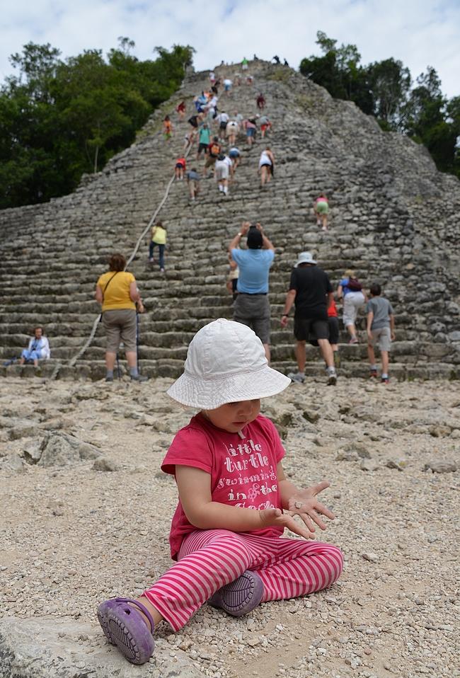Coban mayatemppeli. Emmalle oli ihan riittävästi tutkittavaa pienemmissä kivissä.