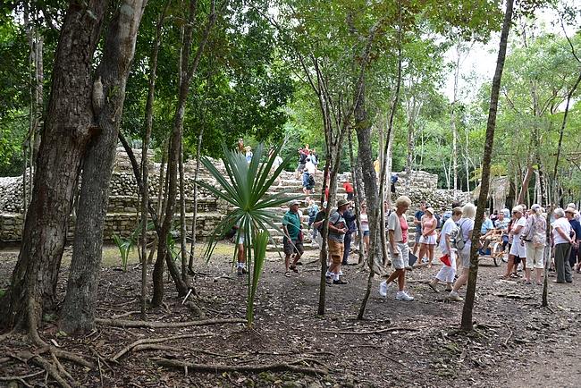 Vaikka alue oli laaja, turisteja riitti sen joka kolkkaan.