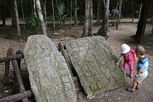 Pienempiä matkailijoita kiinnosti vanhat kirjoitustaulut.