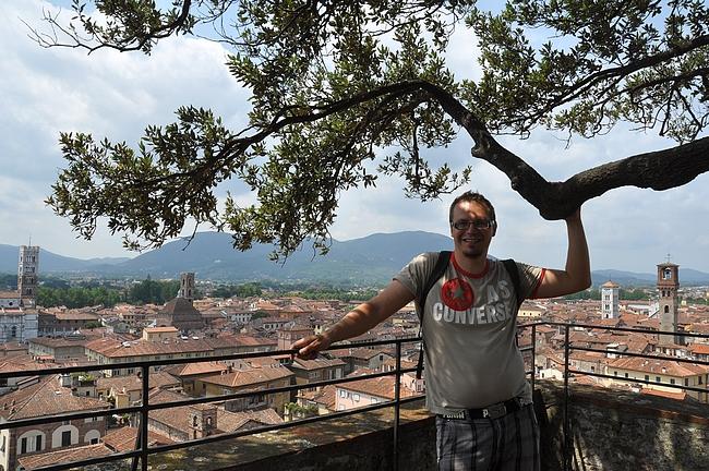 Koska Pisa oli hehkutuksiin nähden pettymys, niin laitetaan kuva Torre Guininin huipulta Luccasta.