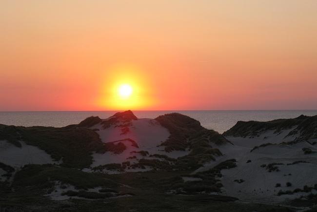 Aurinko laskee Tanskan länsirannikolla.