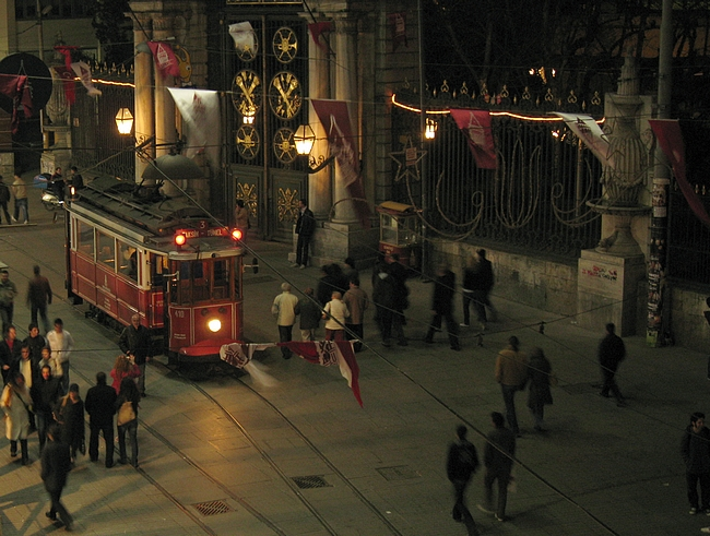 Istiklal Caddesi -kävelykatu ja Istanbulin kuuluisa raitiovaunu.