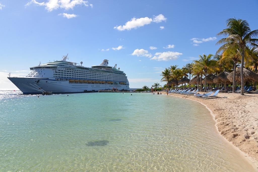 Maaliskuun risteilylaivamme Royal Caribbeanin Adventure of the Seas Curacaolla hotellin infinity poolilla kuvattuna.
