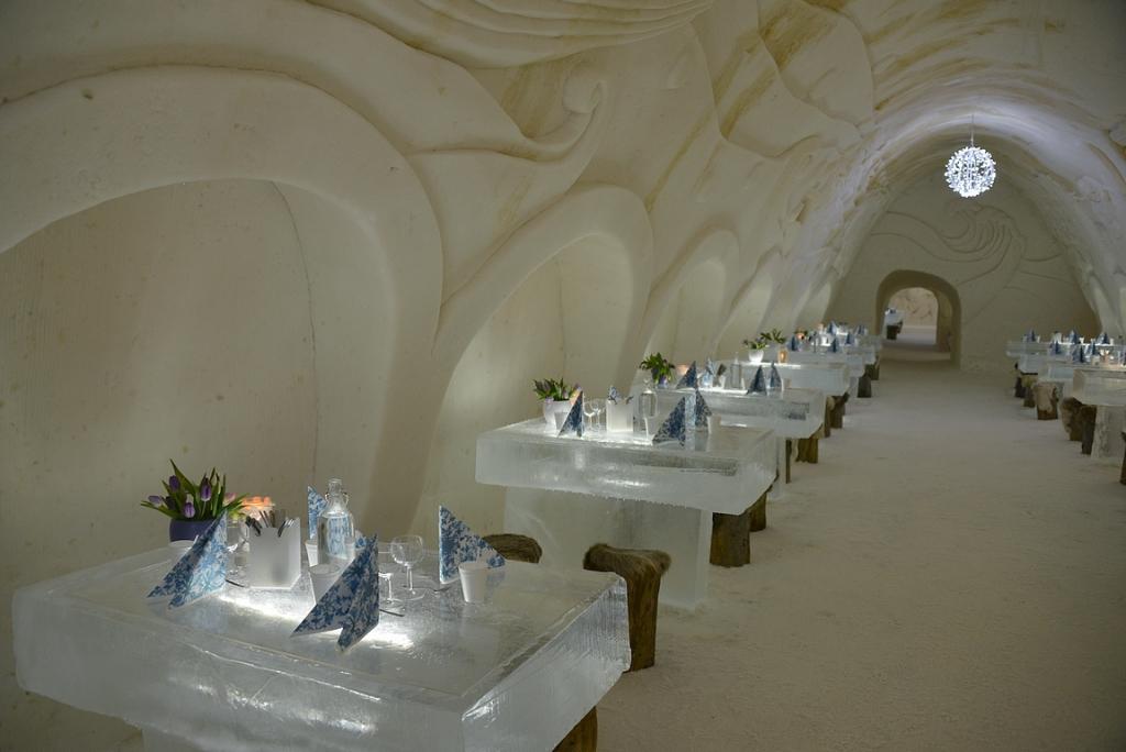 LumiRavintola valmiina ottamaan illallisvieraat vastaan.