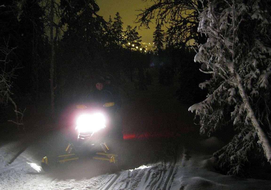 Moottorikelkkailu Rukalla on mahtavaa puuhaa myös illan pimeydessä.