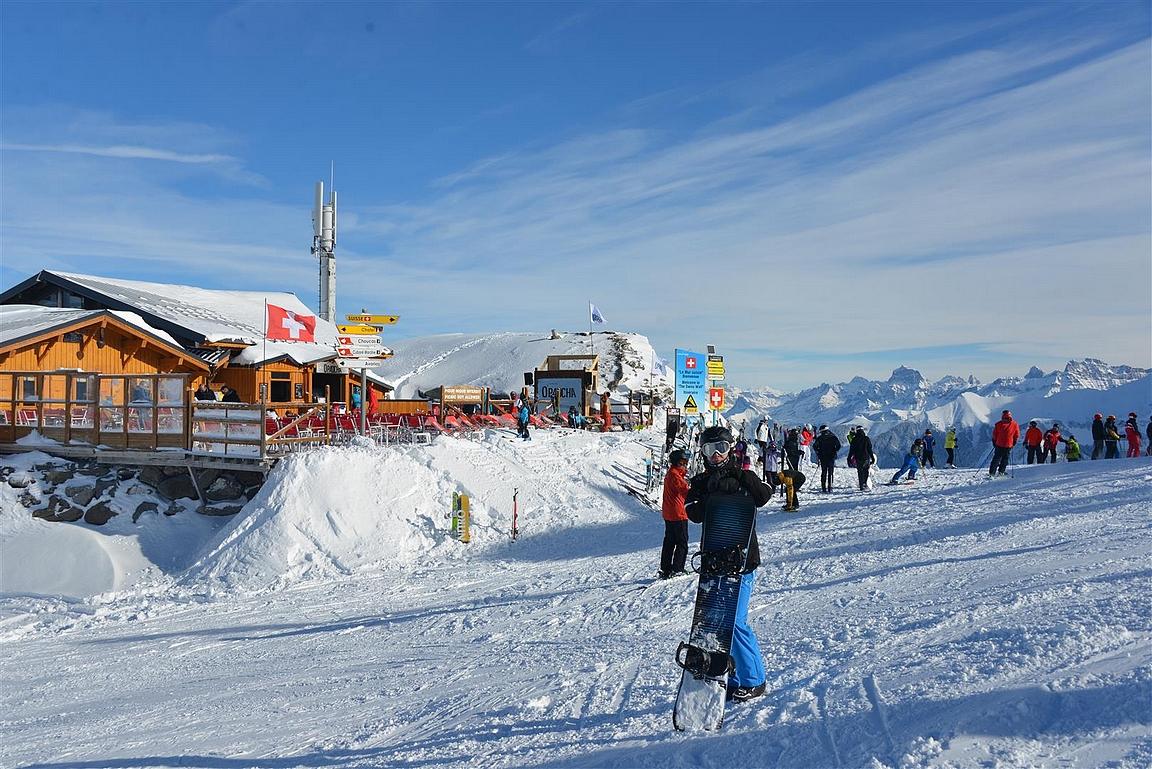 Ennen Sveitsin seinälle menoa kannattaa nauttia rauhoittava pieni olut taustalla olevassa rinneravintolassa.
