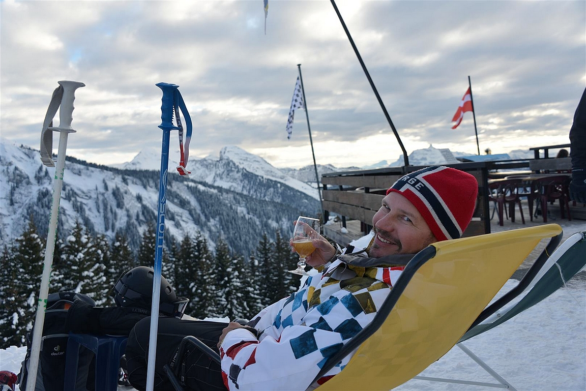 Herrasmiehet juo oluensa aina lasista myös vuoren rinteillä.