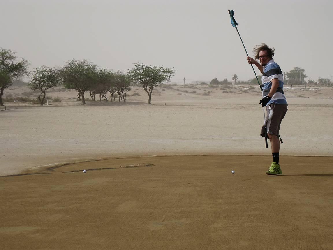 Golfin pelaaminen hiekkakentällä hiekkamyrskyssä on mielenkiintoista puuhaa.