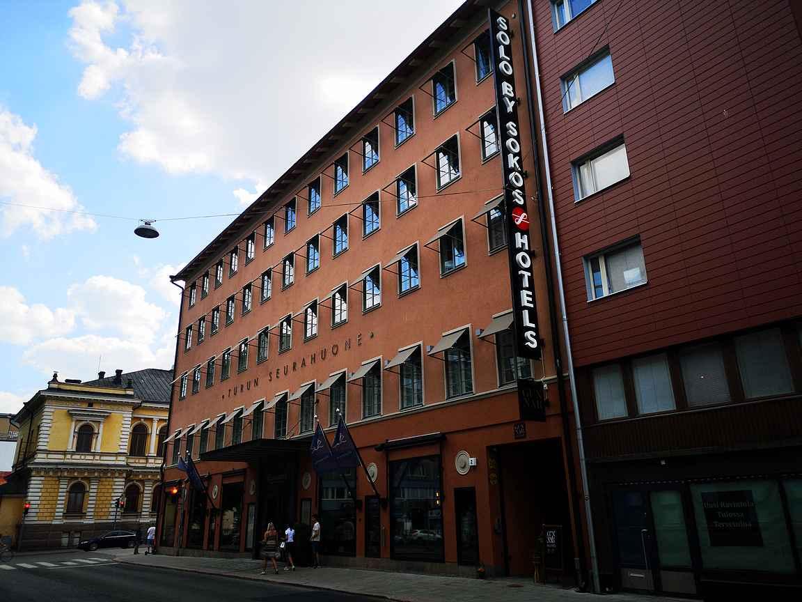 Solo Sokos Hotel Turun Seurahuone tarjoaa arjen luksusta keskellä kaupunkia.