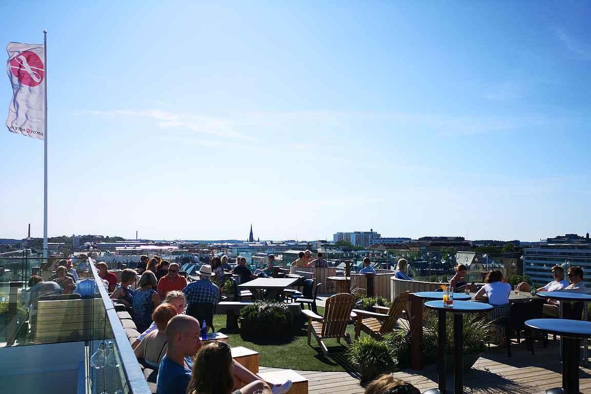 Walo Rooftop Bar ja sen kattoterassi tarjoilee kaupungin parhaimmat maisemat aurinkoisena kesäpäivänä.