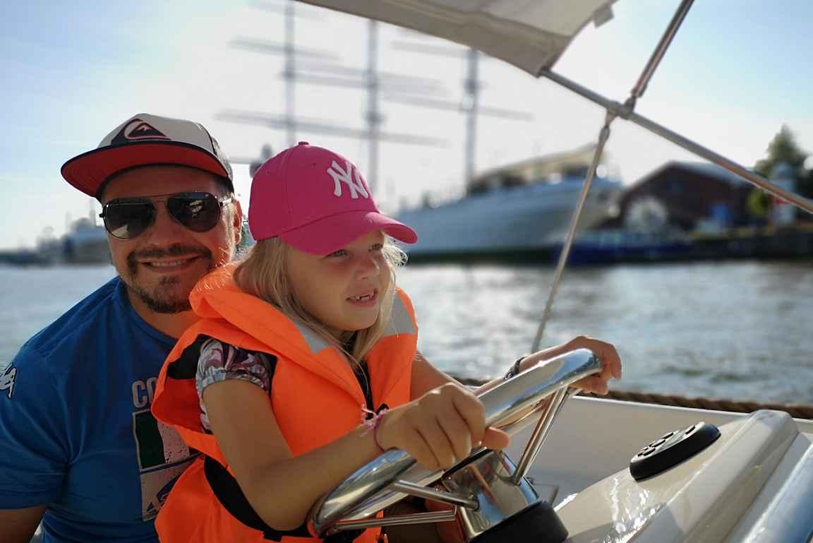 """Lapsista on mukava """"ohjata"""" venettä Aurajoella."""