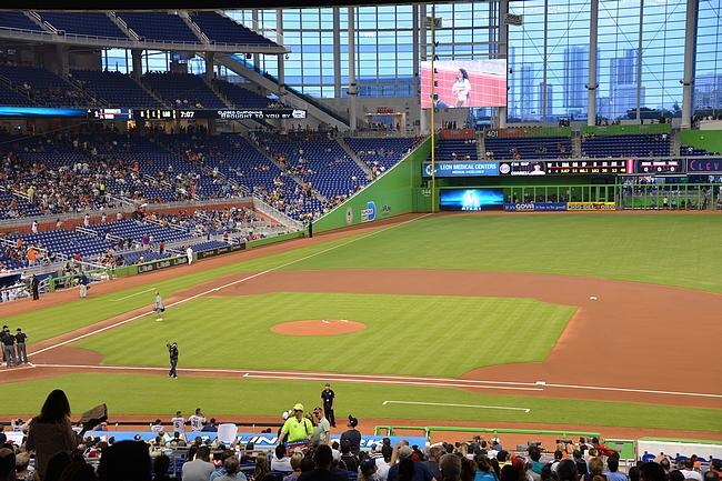 Miami Marlinsin peleissä hyvin tilaa, joten liput voi ostaa vasta stadionilta. Täällä pelataan kelissä kuin kelissä, siitä pitää huolen liikuteltava katto.