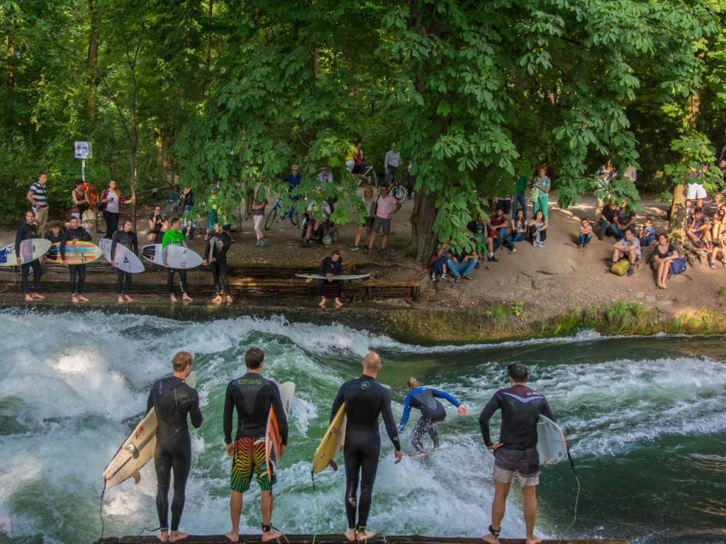 Englischer garden - surffausta kaupungissa copyright munchen.de