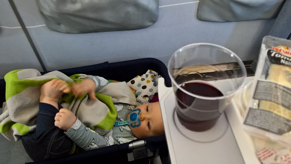Ruokailu on huomattavasti helpompaa vauvakopan kanssa, kunhan muistaa olla kaatamatta ruokajuomia muksun päälle.