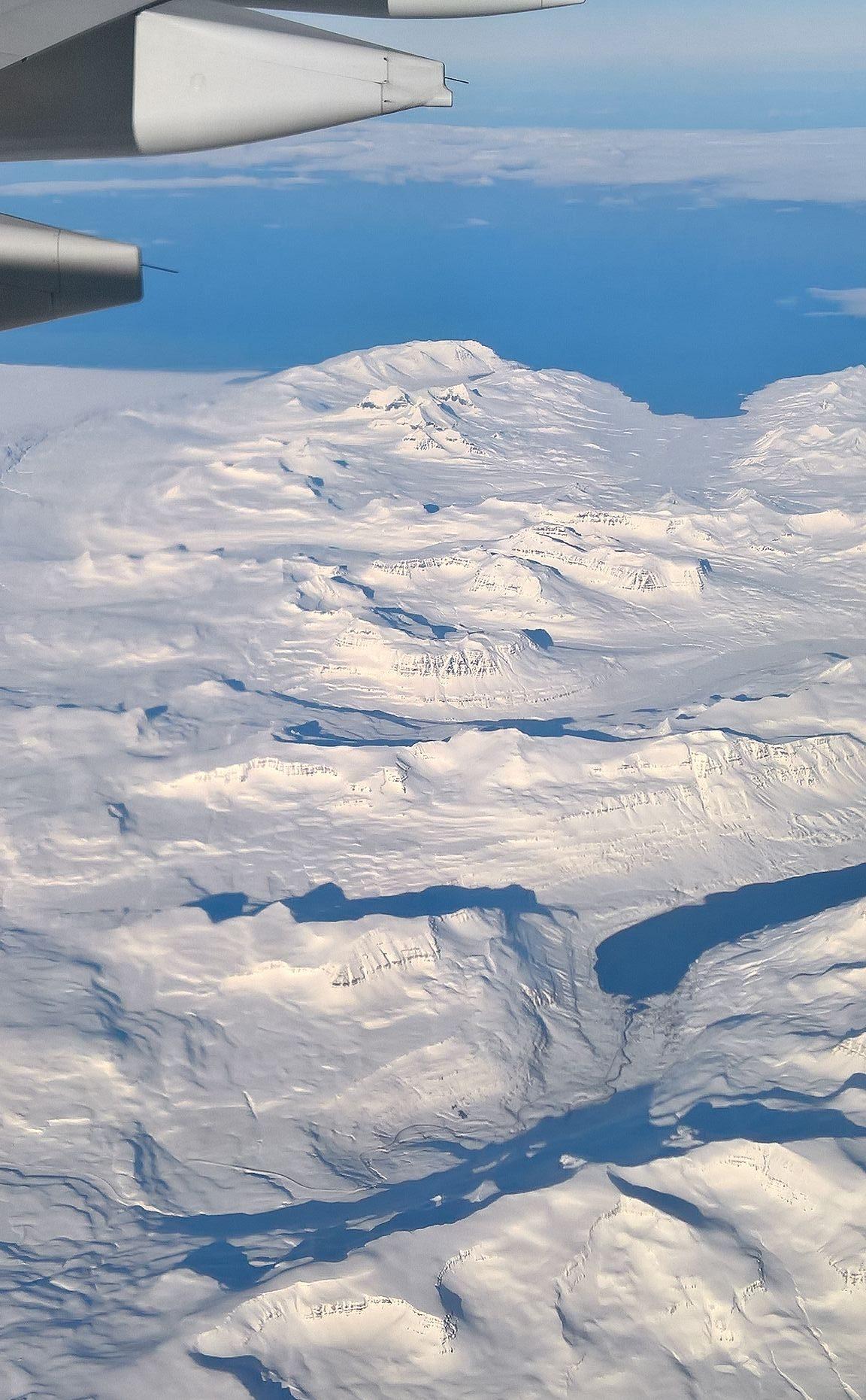 Ainoat miinukset Finnairin Helsinki New York välillä liittyi kylmyyteen. 41 rivin paikat olivat yhtä kylmät kuin Islanti maaliskuussa. Yleensähän koneessa on kuuma, joten viltit olivat käytössä aikuisilla. Toinen ikävä asia oli se, että vauvankoppapaikkoja ei ole ikkunapenkeille. Näin ollen Islannista ei päässyt nauttimaan kuin pikaisesti naapurin penkiltä. Kokonaisuutena kuitenkin lennot olivat yhtä aurinkoiset kuin sää Islannissa.