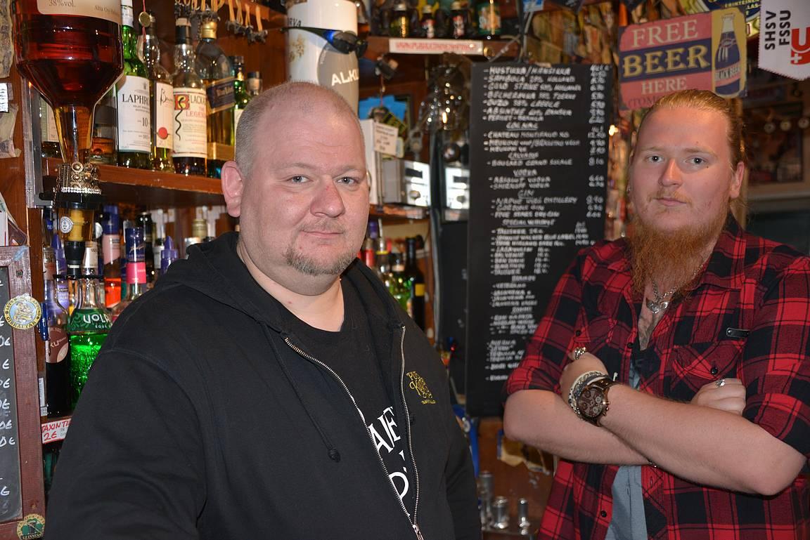 Kultaisen Apinan asiantuntevat baarimikot Niko ja Miikka osaavat suositella sopivan oluen laajasta valikoimasta oluen ystäville.