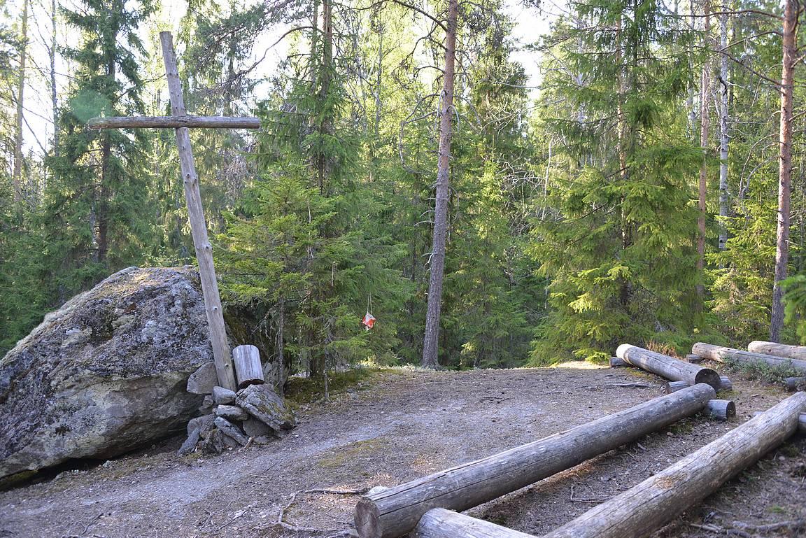 Metsäkappelissa voi käydä hiljentymässä ellei paikalle osu kokonainen lauma pihkaniskoja samaan aikaan.